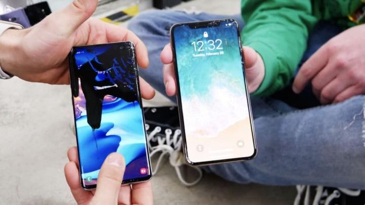 Samsung Galaxy S10 Apple iPhone XS