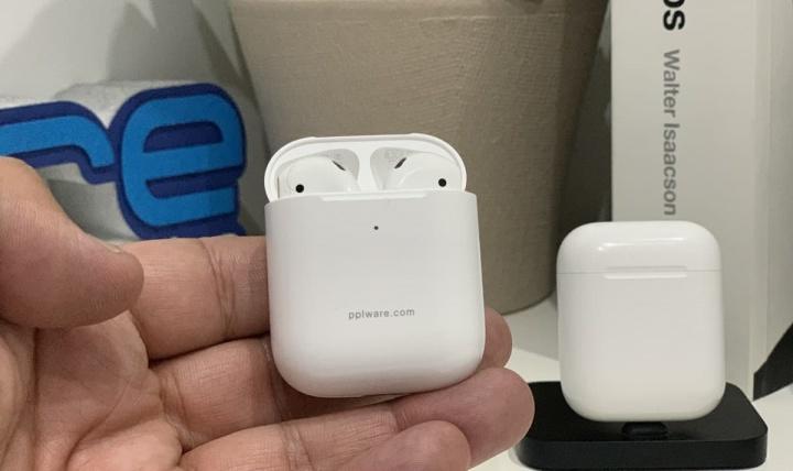 Imagem dos auscultadores AirPods da Apple versão 1 e 2