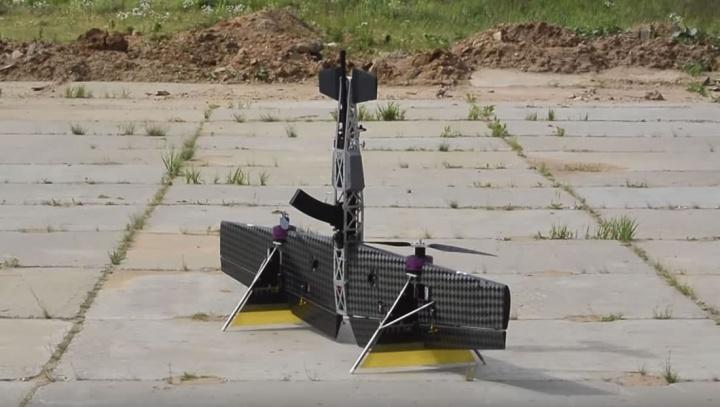 Imagem de um drone que transporta uma espingarda
