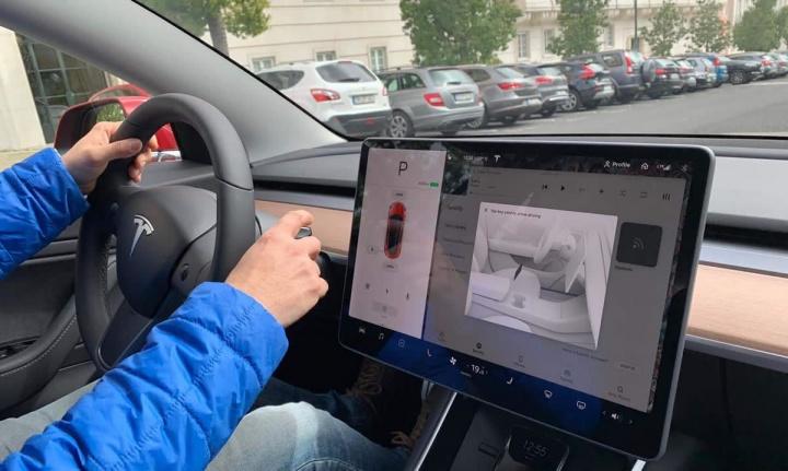 Imagem condução num Tesla a seguir as faixas de rodagem