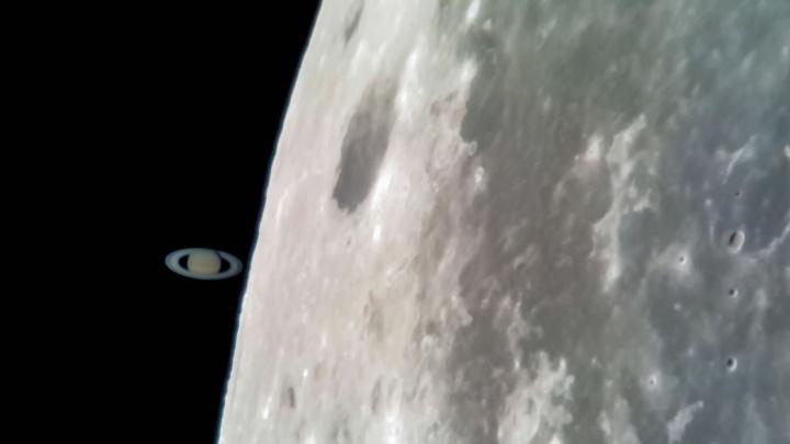 Fotos da Lua e Saturno captadas com um smartphone montado num telescópio