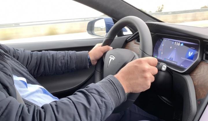 Tesla Model S na estrada a mais de 100km/h... mas sem condutor [vídeo]