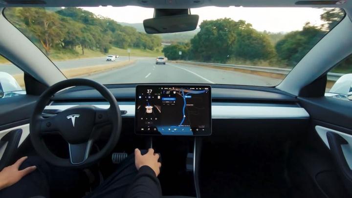 Imagem de Tesla Model 3 em modo autocondução finalizada
