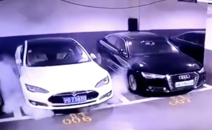 Imagem de Tesla Model S a incendiar-se e a explodir
