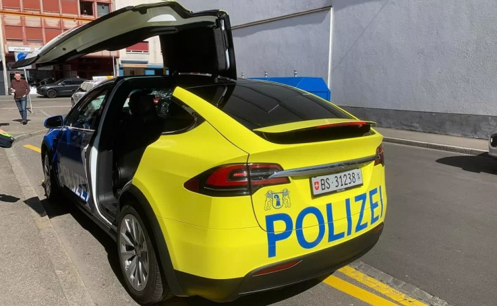 Imagem de Tesla Model X para a polícia na Suíca