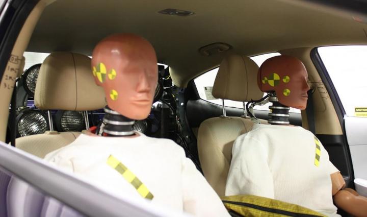 Imagem de crash test dummies nos lugares de um carro