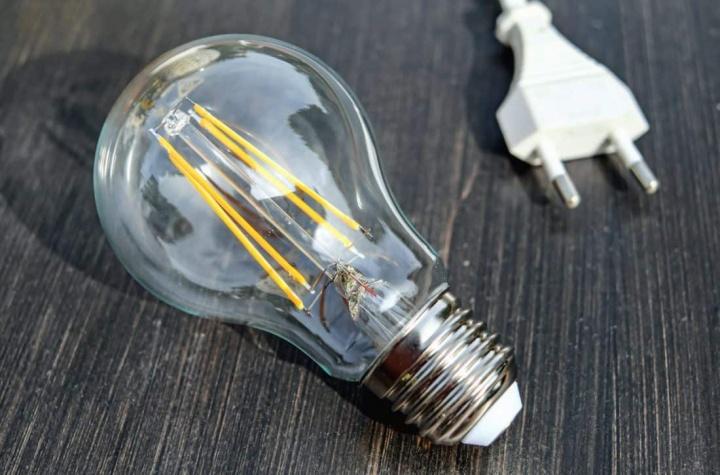 Preço da luz vai descer 18 cêntimos na fatura mensal