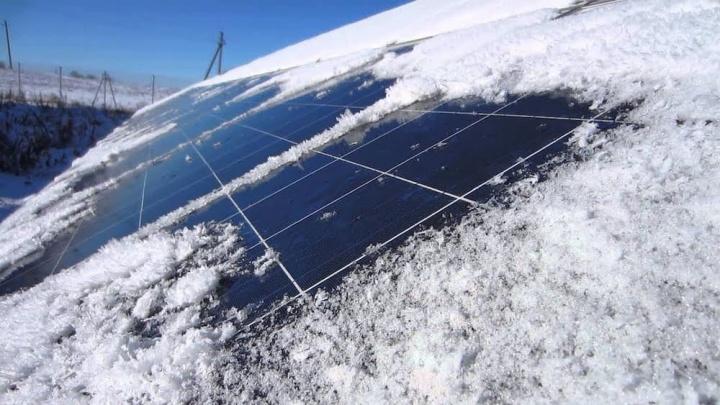 Imagem painéis solares com neve podem gerar energia da neve