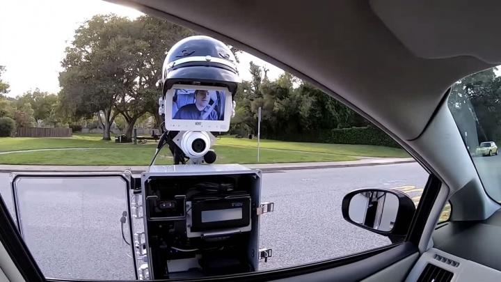 Imagem de protótipo de robô polícia a patrulhar as estradas