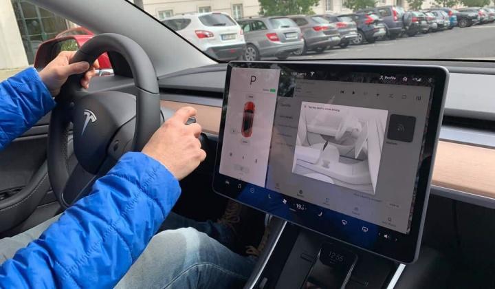 Imagem do carro elétrico da Tesla com Autopilot