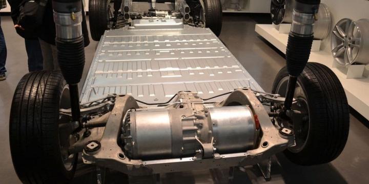 Imagem motor e baterias de um veículo elétrico Tesla. Muito metal à mostra