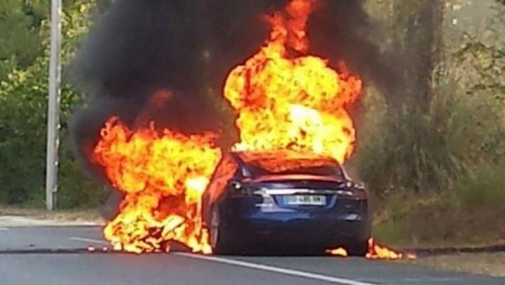 Imagem carro elétrico Tela Model S arde num incêndio espontâneo
