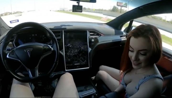 Imagem vídeo pornográfico ao volante de um tesla