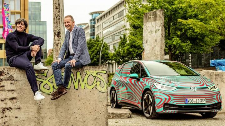 Imagem com Joachim Löw e o CEO da Volkswagen, Herbert Diess junto do Volkswagen ID.3