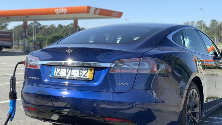 Imagem ilustrativa dos carros elétricos versus a diesel e a gasolina