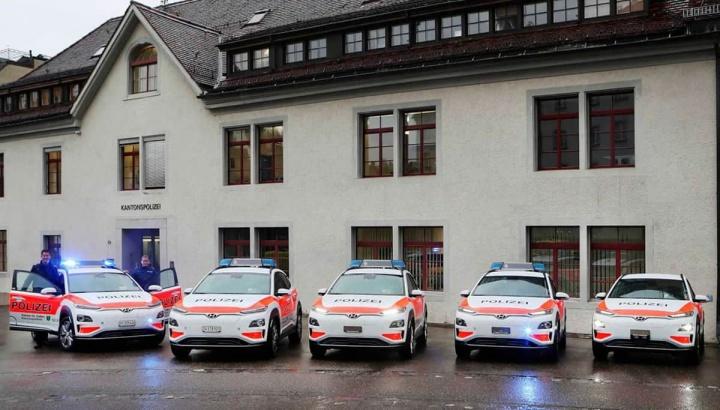 Imagem da frota de 13 Hyundai Kauai da polícia na Suíça