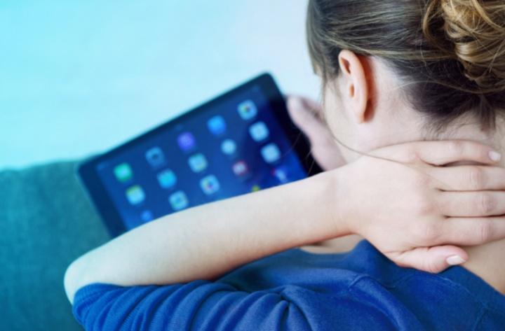 Utilização excessiva do smartphone pode desenvolver novo osso no corpo