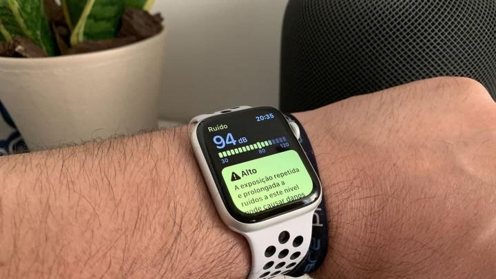 Imagem Apple Watch com a app Ruído a monitorizar o som