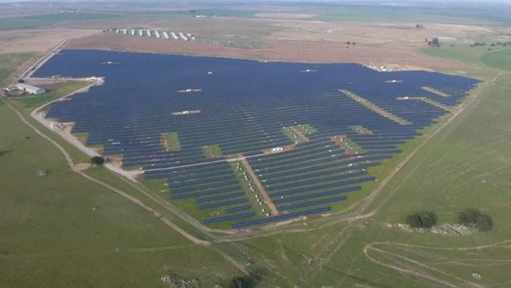 Imagem parque solar em Portugal que produz energia solar para a rede pública