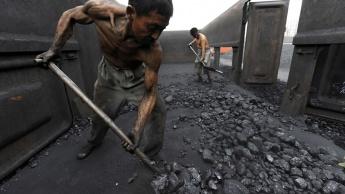 Imagem trabalhadores na queima do carvão