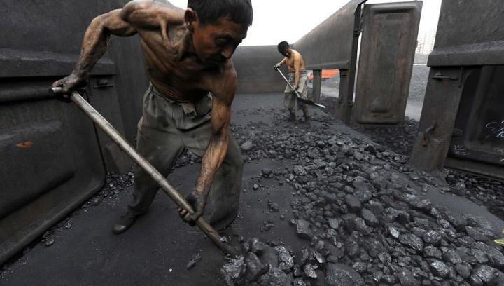 Imagem trabalhadores na China na queima do carvão