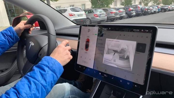 Tesla peões ciclistas carros travagem