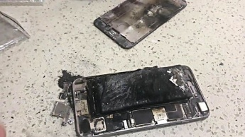 Imagem de iPhone 5S com bateria inchada de iões de lítio que explodiu