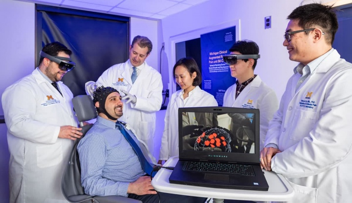 Imagem de investigadores a estudar a dor num paciente