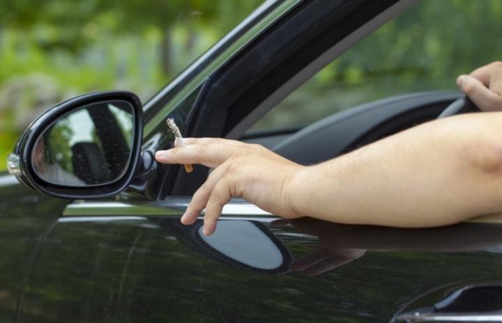 Atirar objetos pela janela do carro pode dar multa até 300 euros