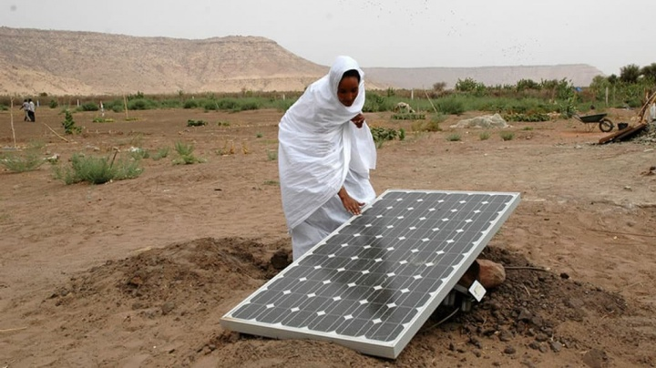 Imagem de painel solar no deserto que poderá produzir energia e água potável