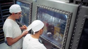 Imagem cientistas com testes de material lunar