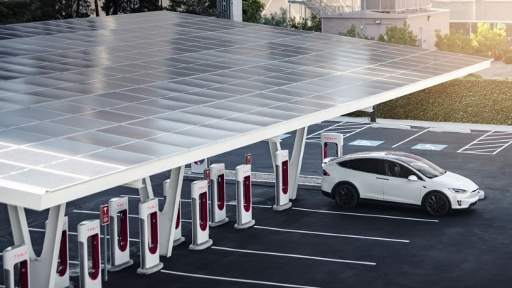 Imagem Superchargers V3, painéis SolarCity e baterias Powerpack