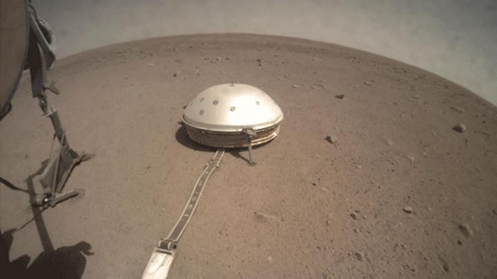 """Imagem da Sonda Insight da NASA a destapar a """"toupeira"""" no solo de Marte"""