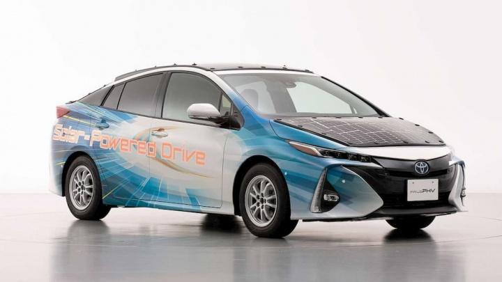 Toyota Prius PHV com 860 W através de painéis solares