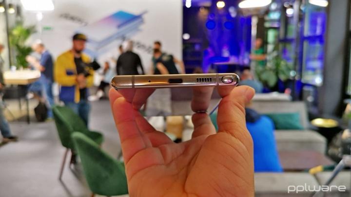 Imagem do Note10 sem porta de áudio jack 3,5 mm que foi ridicularizado pela Samsung à Apple
