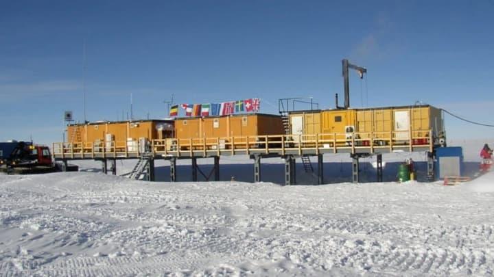 Imagem Estação Kohnen que procura poeiras resultantes de uma supernova na Antártida