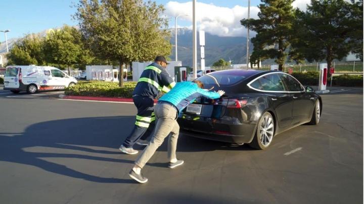 Imagem de um Tesla Model S sem energia: autonomia mostra ser o problema dos elétricos