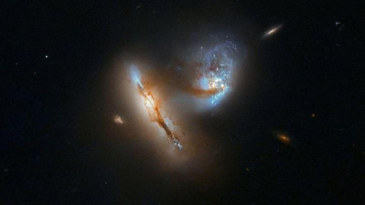 Imagem captada pelo Telescópio Hubble da ESA de duas galáxias a fundir-se