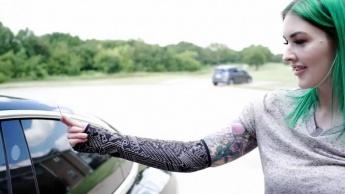 Imagem mulher com chip implantado no braço para abrir Tesla Model 3