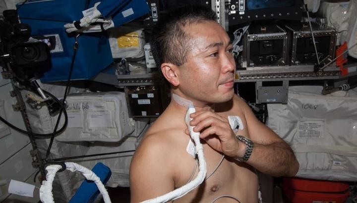 Imagem exame a astronauta que viaja no espaço sideral. testes para se perceber se temos condições para ir a Marte