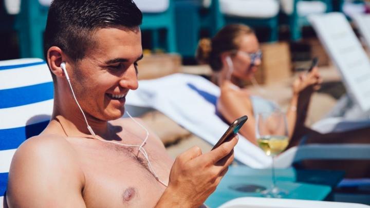 Jogue no seu smartphone a olhar para o mar sem se preocupar com a Internet Android iOS. Imagem: freepik