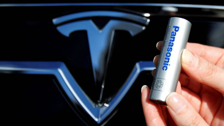 Imagem de uma bateria cilíndrica Panasonic que equipa os Tesla