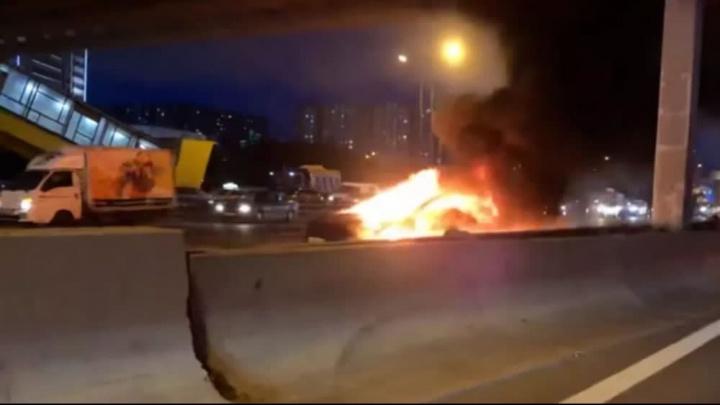 Imagem Tesla Model S que se incendiou e explodiu num acidente
