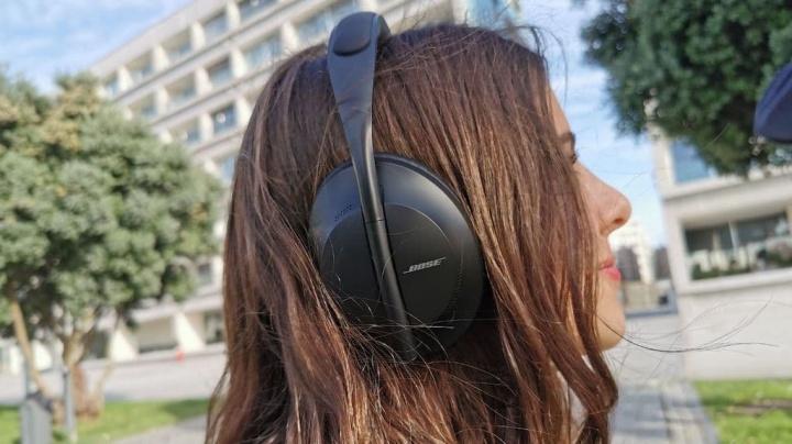 Imagem jovem com auscultadores a ouvir música