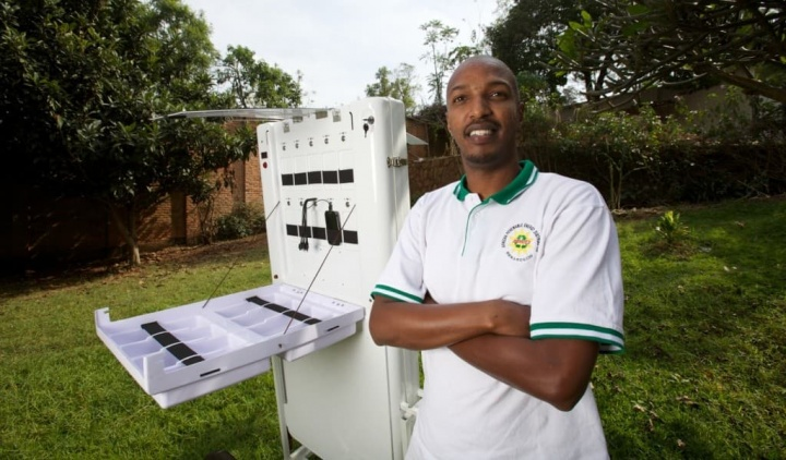 Quiosque solar consegue carregar 80 telemóveis de uma só vez