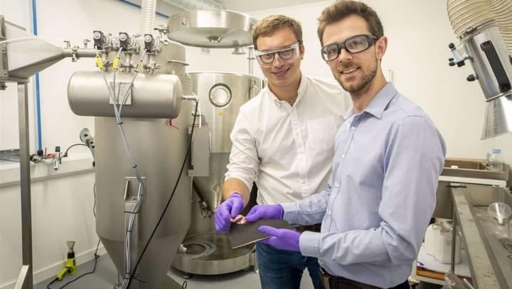 Imagem de engenheiros com a bateria de lítio que se carrega em 6 minutos