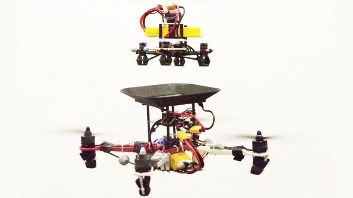 Imagem drone a ser abastecido por baterias voadoras