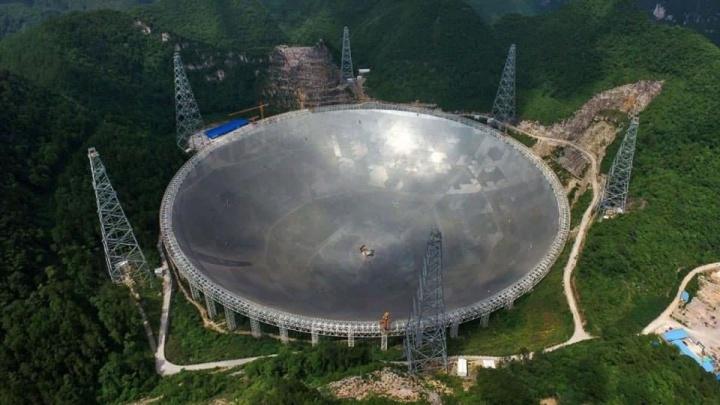Imagem do FAST, o radiotelescópio da China - Colossal radiotelescópio da China acabou de ouvir um sinal bizarro no espaço