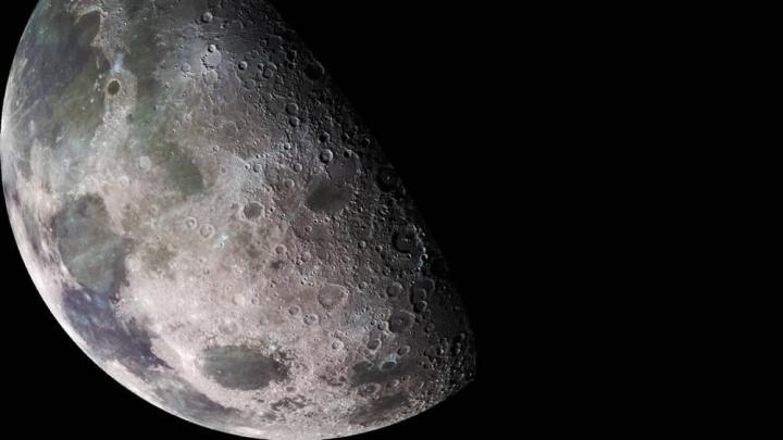 Imagem da superfície da lua que esconde metais preciosos