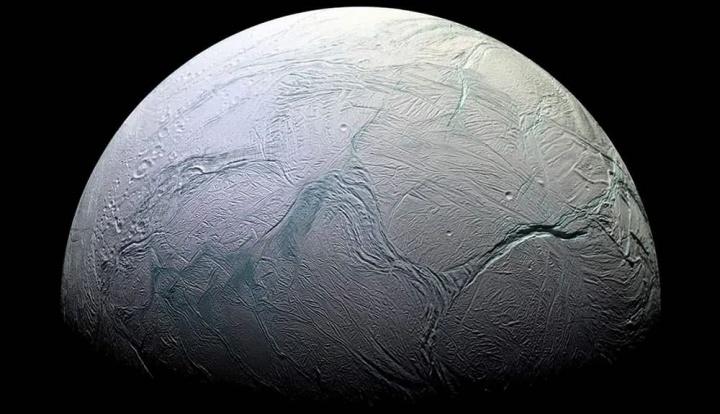 Imagem da Lua de Saturno Enceladus que está coberta de neve
